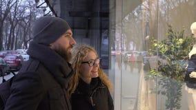 Romantiska par som tillsammans shoppar på jultid arkivfilmer