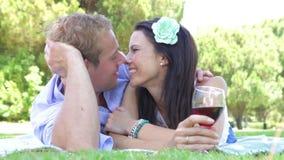 Romantiska par som tillsammans tycker om picknicken lager videofilmer