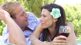 Romantiska par som tillsammans tycker om picknicken arkivfilmer