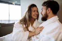 Romantiska par som tycker om bröllopsresa Fotografering för Bildbyråer