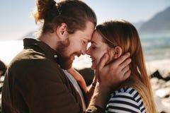 Romantiska par som tycker om en dag på stranden arkivfoto