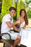 Romantiska par som tycker om ett utomhus- mål Fotografering för Bildbyråer