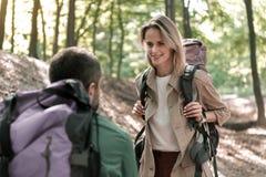 Romantiska par som tycker om, går i skog tillsammans royaltyfri bild