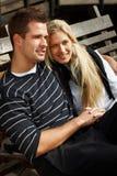 Romantiska par som tycker om höstsunen i park Royaltyfria Foton