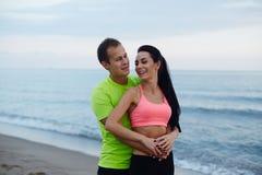 Romantiska par som tycker om spendera tid tillsammans på den härliga aftonen fotografering för bildbyråer