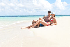 Romantiska par som tycker om strandsommarferier Royaltyfri Foto