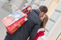 Romantiska par som utbyter julgåvor Romantisk överraskning fo Royaltyfri Fotografi
