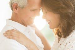 Romantiska par som utomhus ler Fotografering för Bildbyråer