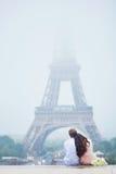 Romantiska par tillsammans i Paris Royaltyfri Bild