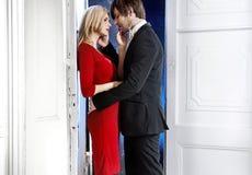 Romantiska par under valentin dag Arkivfoto