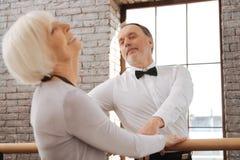 Romantiska pensionärer som dansar i dansstudion Arkivbilder