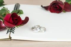 Romantiska röda rosor och cirklar för dag för valentin` s Royaltyfri Fotografi
