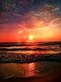 Romantiska soluppgångcirrusmolnmoln och havvågor Fotografering för Bildbyråer