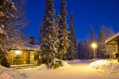Romantiska träkabiner i snön Royaltyfri Fotografi