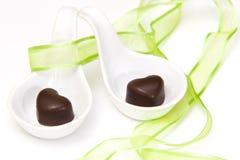 Två hjärtor med choklad Arkivfoton