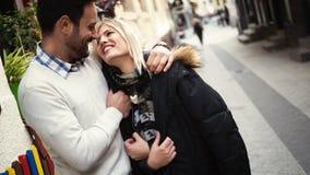 Romantiska unga lyckliga par som kysser och kramar Royaltyfria Bilder