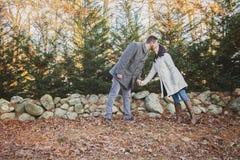 Romantiska unga par som kysser vid, vaggar väggen royaltyfri foto