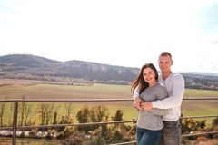 Romantiska unga par som utomhus kramar och ler arkivfoton