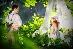 Romantiska vänner i skogen fotografering för bildbyråer