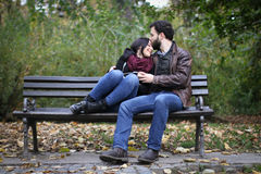 Romantiskt ögonblick på en bänk royaltyfri foto
