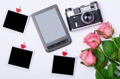 Romantiskt begrepp: rosor, retro kamera, minnestavla och kort Royaltyfria Bilder