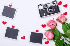 Romantiskt begrepp: rosor, retro kamera och kort Royaltyfri Bild