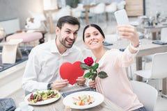 Romantiskt datum i lyxig restaurang Royaltyfria Foton