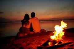Romantiskt datum på stranden på natten royaltyfri bild