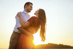 Romantiskt förälskat för bröllopsresapar på fältsolnedgången Royaltyfri Bild