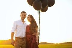 Romantiskt förälskat för bröllopsresapar på fältsoluppgång Fotografering för Bildbyråer