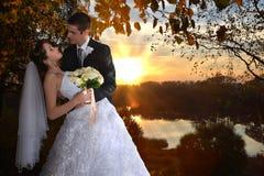 Romantiskt gift par kyssa för brudbrudgum arkivbilder