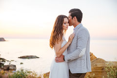 Romantiskt gift par som kysser på stranden royaltyfria foton