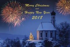 Romantiskt julkapell med xmas-trädet och fyrverkerier fotografering för bildbyråer