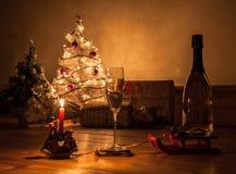 Romantiskt julrostat bröd med levande ljus Arkivfoton