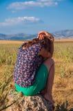 Romantiskt kvinnasammanträde i fältet, höstsäsong, Fotografering för Bildbyråer