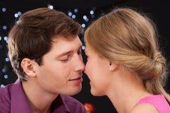 Romantiskt kyssögonblick Arkivbilder