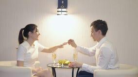 Romantiskt möte Den unga mannen gör ett erbjudande till en kvinna lager videofilmer