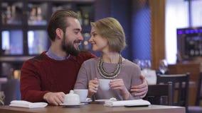 Romantiskt möte i en restaurang stock video