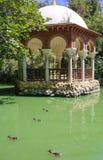 Romantiskt Maria Luisa Park damm, Seville, Spanien royaltyfri fotografi