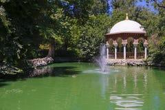 Romantiskt Maria Luisa Park damm, Seville, Spanien arkivbild