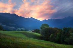Romantiskt morgonlynne på den schweiziska dalpraettigauen Arkivbild