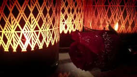 Romantiskt och emotionellt dekorativt överraskningstearinljusljus stock video