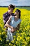 Romantiskt paranseende i senapsgult fält Arkivfoton