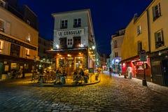 Romantiskt Paris kafé på Montmartre i aftonen, Paris, Frankrike Royaltyfria Bilder