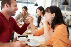 Romantiskt parmöte i upptagna Caf� Arkivbilder