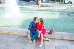 Romantiskt parsammanträde på bänken nära stadsspringbrunnen och tycka omögonblicken av lycka Förälskelse datummärkning, romans Li arkivbilder