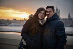 Romantiskt parsammanträde på en bro på solnedgången fotografering för bildbyråer