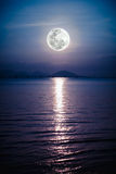 Romantiskt sceniskt med fullmånen på havet till natten Reflexion av mo Arkivfoto