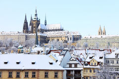 Romantiskt snöig Prague gotiskt slott, tjeck R Arkivbilder
