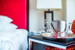 Romantiskt sovrum med vinexponeringsglas och ishinken i inre för lyxigt hotell Royaltyfria Bilder